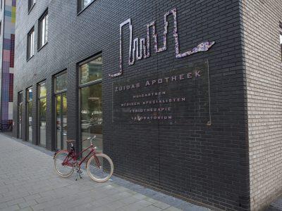 Locatie van de zuidas apotheek in het straatbeeld op de Gustav Mahlerlaan